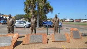 ブルームの町に立つ銅像 この地に真珠貝産業を根付かせた三人の銅像 そのうち右2人が日本人、栗林徳一氏、岩城博氏です